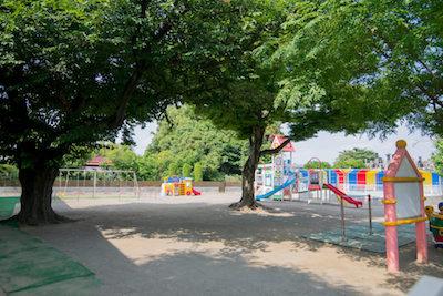 保育園の外観 遊具 滑り台 砂場 園庭